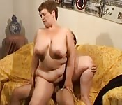 Donna grassa matura scopa