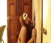 Maskiertes Girl lutscht den Schwanz eines Fremden