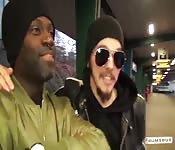 Schwarze star spritzt im Bums-Bus Angel Wicky