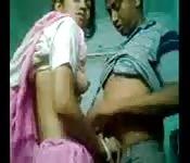 Una moglie coccola il marito mentre viene scopata in camera da letto