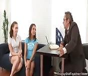 O velho professor e duas alunas