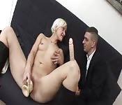 Une blonde joue avec ses godes