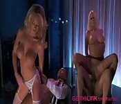 Baise deux strip-teaseuses blondes