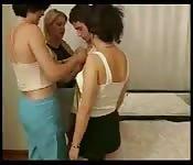 Trzy kobiety z Turcji z młodym chłopakiem
