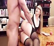 La ragazza sexy con i collant ama il sesso duro