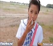 Una scolaretta filippina appena maggiorenne