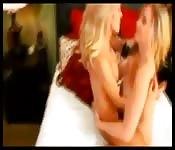 Dos lesbianas se meten el puño la una a la otra