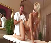 Blonde sexy obtenant un massage