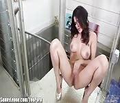 Modelo extremamente linda faz strip no banheiro