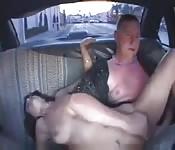Un couple baise dans un taxi