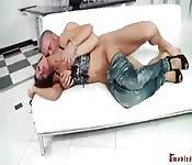 Follada en sofá blanco
