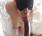 Amatrice aux yeux bandés suçant une longue bite
