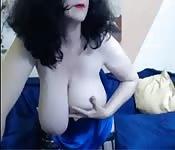 Mujer gorda con tetas grandes jugando consigo misma