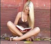 Alyson Angel se masturbe dans la rue