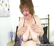 Abuela se divierte sola en su cuarto