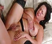 Cycata dojrzała kobieta rozkoszuje się młodym fiutem