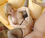 Alte blonde MILF von Teen gefickt