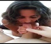 Una giovane indiana succhia un gran cazzo