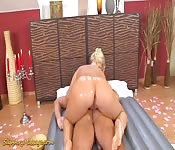 Un massage nuru d'une ado aux grosses fesses