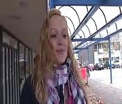 Una ragazza olandese si diverte su una sybian