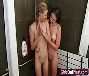 Brunetta e bionda nella doccia
