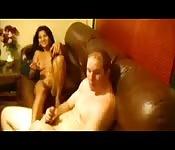 Mulheres e homem fodem no sofá e brincam