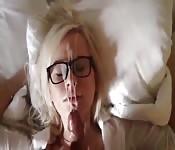 Lepki wytrysk na twarz blondynki