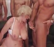 Sexo en grupo con una madura rubia muy sexy