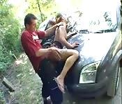 Transa anal em frente do carro