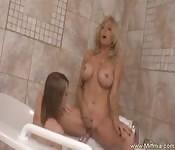 Lesbische sex scene in de jacuzzi