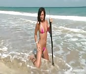 Puta pornô encantadora tira a roupa na praia