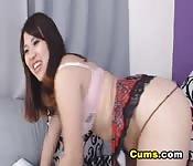 Asiática buenorra frota su coño y folla su culo