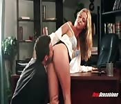 Rubia caliente de oficina follada sobre el escritorio