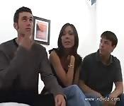 Tienervrienden neuken een geile MILF