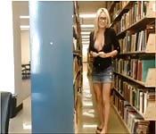 Beccata in biblioteca