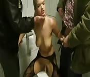 Une fille blonde sous la douche