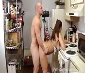 Une bonne baise en levrette dans la cuisine