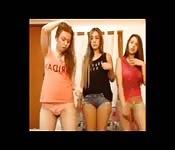 Striptease de dos lesbianas amateurs