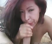 Rothaarige Schwanzlutscherin mit großen Brüsten