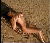 Schöne Brünette befummelt ihre Muschi, in der Wüste