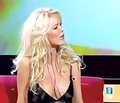 Les seins de Victoria Silvstedt dans la télé espagnole