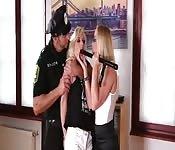 Rubiaza castigada por una veterana en la oficina