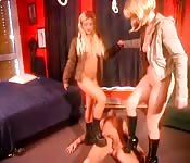Zwei Blondinen foltern ihr Opfer
