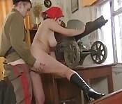 Une salope se fait baiser par un officer bien armé