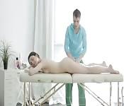 Professioneller Massage-Typ fickt seinen Kunden