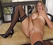 Une blonde élégante montre son corps sexy