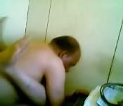 Hombre mayor fuerza sexualmente a una chica en el baño