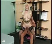 Une blonde sexy baisant au bureau