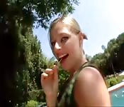 Dulce rubia saborea un chupachups de ébano