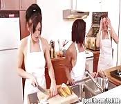 Orgia com três cozinheiras jovens